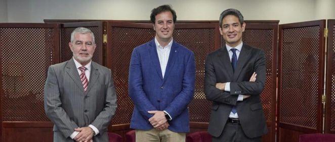 De izquierda a derecha: Basilio Hernández, responsable médico de neurociencias en Novartis España; el doctor Eduardo Agüera, presidente de la Sociedad Andaluza de Neurología, y Orlando Vergara, director del área de Neurociencias de Novartis España