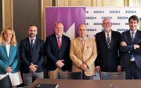 El consejero de Asisa Lavinia y delegado en Valencia, Javier E. Gómez Ferrer; y el presidente del MICOF, Jaime Giner Martínez rubricaron el acuerdo entre las dos instituciones.