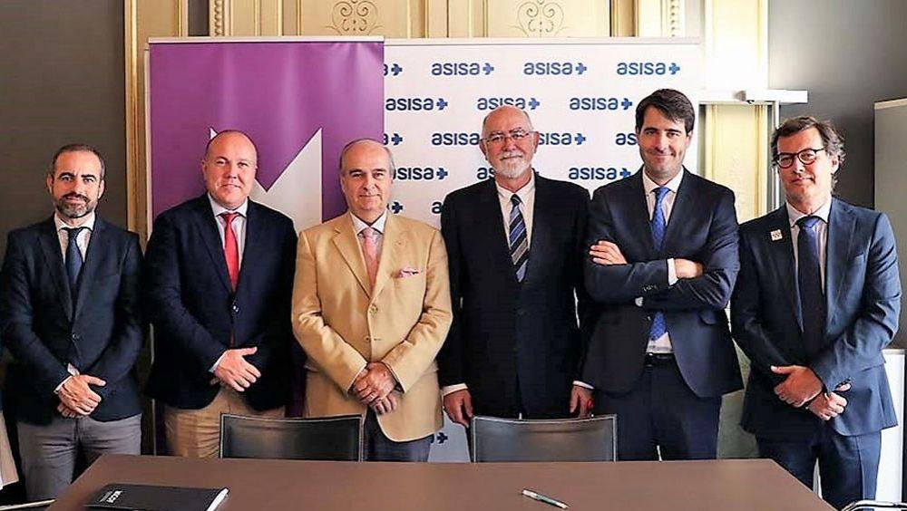 El consejero de Asisa-Lavinia y delegado en Valencia, Javier E. Gómez Ferrer, y el presidente del MICOF, Jaime Giner Martínez rubricaron el acuerdo entre las dos instituciones.