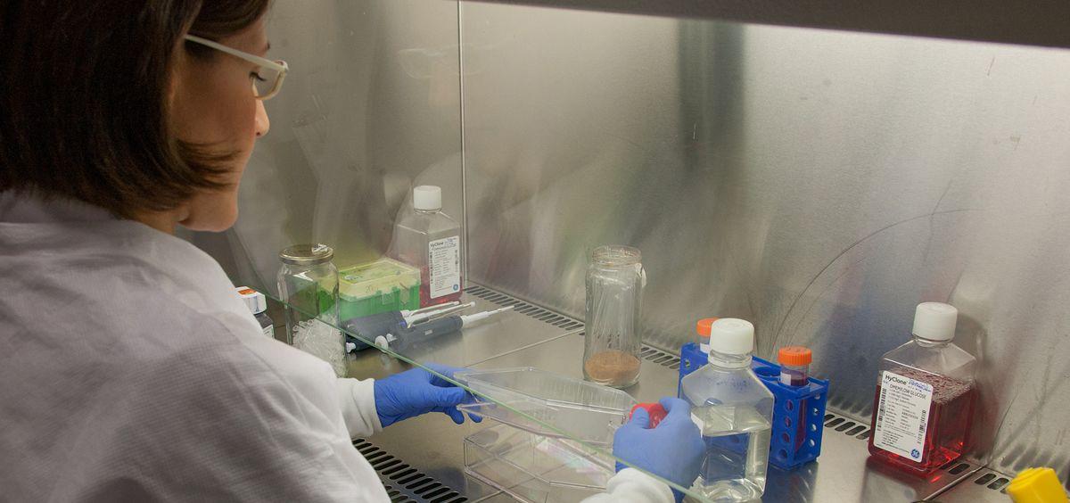 Mujer realizando ensayos clínicos (Foto: ConSalud.es)