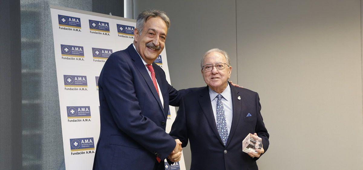 El presidente de Fundación A.M.A., Diego Murillo, ha recibido una placa conmemorativa por el apoyo a la iniciativa Camino de la Integración. (Foto. Consalud)