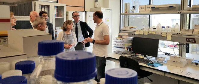 Autoridades como la ministra de Sanidad, María Luisa Carcedo, y el consejero de Salud, Pablo Fernández, durante su visita al CEEI (Foto. Gobierno de España)