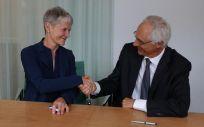 La directora general de imágenes de IBM Watson Health para Ciencias de la Salud y Oncología, Anne Le Grand, después de firmar la nueva asociación con el CEO del Grupo Guerbet, Yves L'Epine (Foto: IBM)