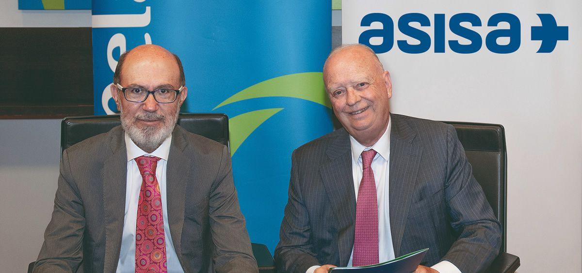 De izq. a dcha.: José Boada, presidente de Pelayo; y Francisco Ivorra, presidente de Asisa durante la firma del acuerdo. (Foto. ECSalud)