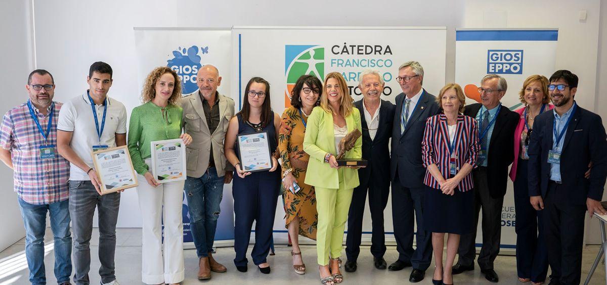 Foto de familia de los premiados junto a varios directivos de la Cátedra Fundación ASISA UMH 'Francisco Carreño Entorno Inclusivo', ASISA, HLA Vistahermosa y la UMH. (Foto. ConSalud)