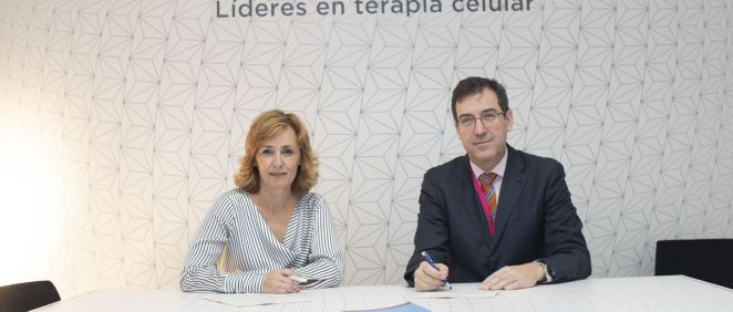 De izq. a dcha.: Marisa Álvarez, directora médica de Gilead; junto a Ramón García Sanz, presidente de la SEHH. (Foto. ECSalud)