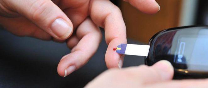 Paciente con diabetes midiendo la insulina (Foto. @EU_ScienceHub)