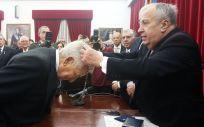 José Carro, presidente de la Real Academia, imponiendo la medalla corporativa a Miguel Carrero (Foto. ECSalud)