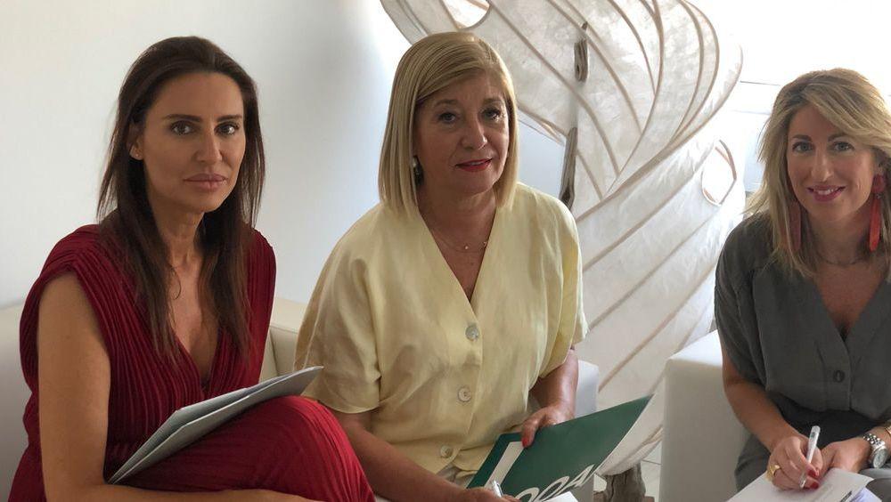 La presidenta del Colegio de Ópticos Optometristas de Andalucía, Blanca Fernández, junto con la directora territorial de PSN Sur, Maribel Rodríguez, y la asesora de PSN Sevilla, Eva Roldán (Foto. ECSalud)