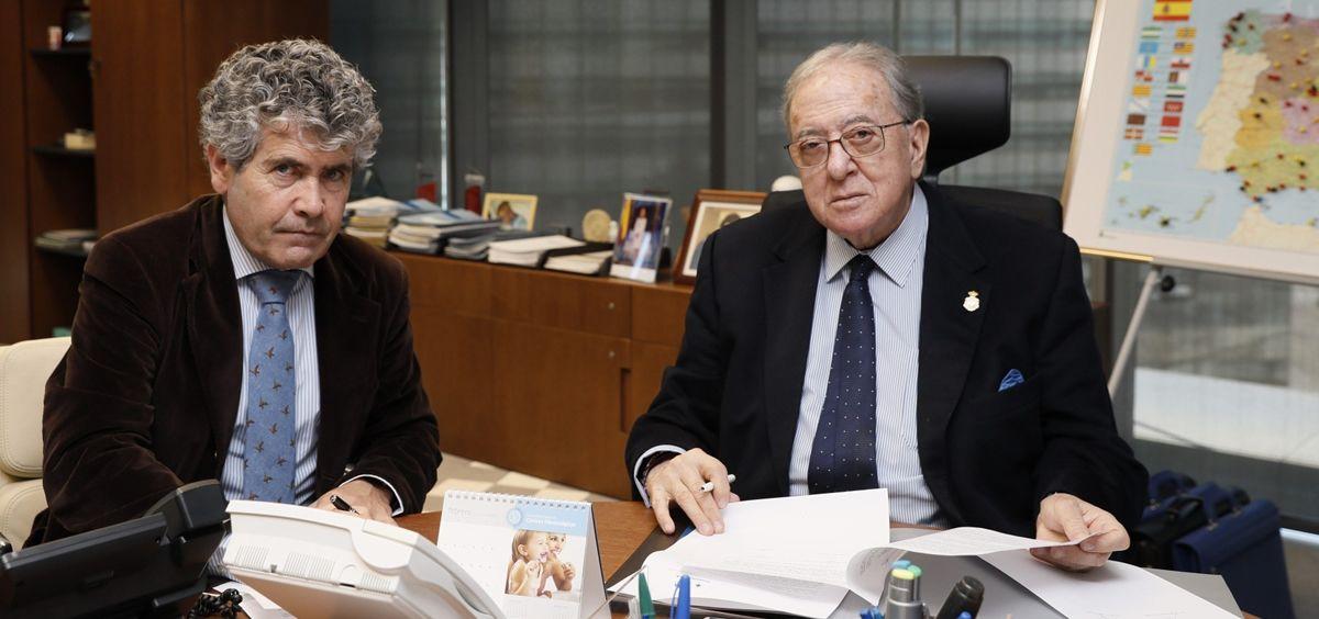 De izq. a dcha.: Juan Antonio Vicente Báez, presidente del Colegio de Veterinarios de Cáceres; y Diego Murillo, presidente de la Fundación A.M.A.