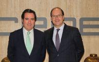 De izq. a dcha., el presidente de CEOE, Antonio Garamendi; y Javier Martín Ocaña, CEO de Vitaldent. (Foto. CEOE)