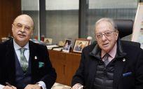 De izq. a dcha.: el presidente de AMA Vida Seguros y Reaseguros, Diego Murillo; y el presidente del Colegio de Médicos de Badajoz, Pedro Hidalgo.