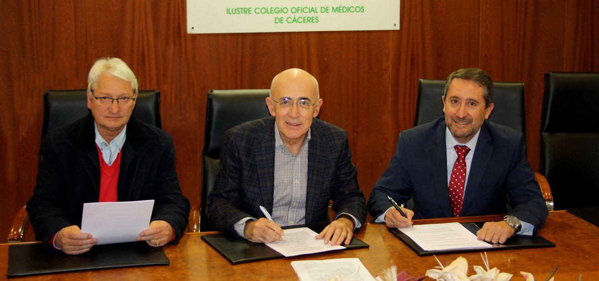 De izq. a dcha.: Pedro Romero, delegado de Asisa en Cáceres; Carlos Arjona, presidente del Colegio Oficial de Médicos de Cáceres; e Ignacio Barros, gerente provincial de Asisa en Cáceres.