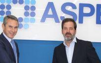 De izq. a dcha.: Máximo Gómez, director regional de España, Italia y Portugal de Johnson & Johnson Vision; y Carlos Rus, secretario general de ASPE.