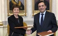 De izq. a dcha.: María Vicenta Mestre, rectora de la Universitat de València; y Eduardo Pastor, presidente de Cofares, durante la firma del acuerdo.