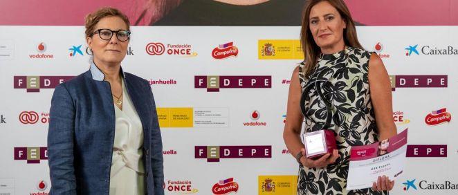 Elsa González y Cristina Henríquez de Luna recogiendo el galardón.