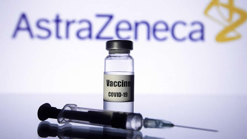 Vial y jeringuilla delante del logotipo de la farmacéutica AstraZeneca (Foto: Pavlo Gonchar - SOPA Images - EP)