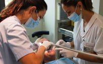 Dos profesionales atienden a una paciente en la consulta de Odontología (Foto. Ribera)