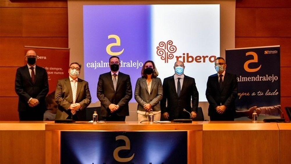 Los representantes de Cajalmendralejo y Ribera, instantes antes de la firma