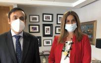 Eduardo Pastor, presidente de Cofares, junto a Elena Mantilla, directora de Inspección y Ordenación sanitaria de la Comunidad de Madrid.