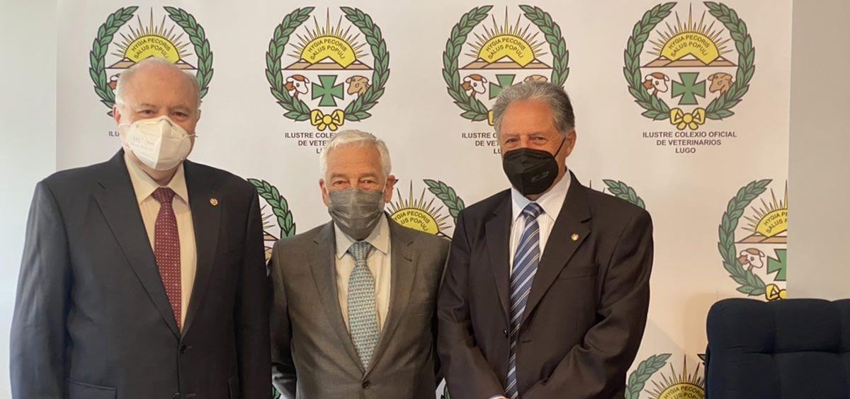 El presidente del Colegio de Veterinarios de Lugo, José Luis Benedito; el presidente de PSN, Miguel Carrero; y el consejero de la Mutua Filemón Rodríguez.