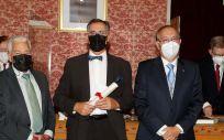 El galardonado, Manuel Millán, flanqueado por Luis Miguel Tobajas, presidente de la Real Academia de Medicina de Zaragoza y Miguel Carrero, presidente de PSN