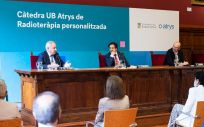 Santiago de Torres, Presidente ejecutivo de Atrys; Joan Guàrdia, rector de la UB; y Ferrán Guedea, director de la Cátedra y director de Oncología Radioterápica del Instituto Catalán de Oncología