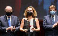 La consejera delegada del grupo sanitario Ribera, Elisa Tarazona, recoje el premio a la Transformación Digital. (Foto. Ribera)