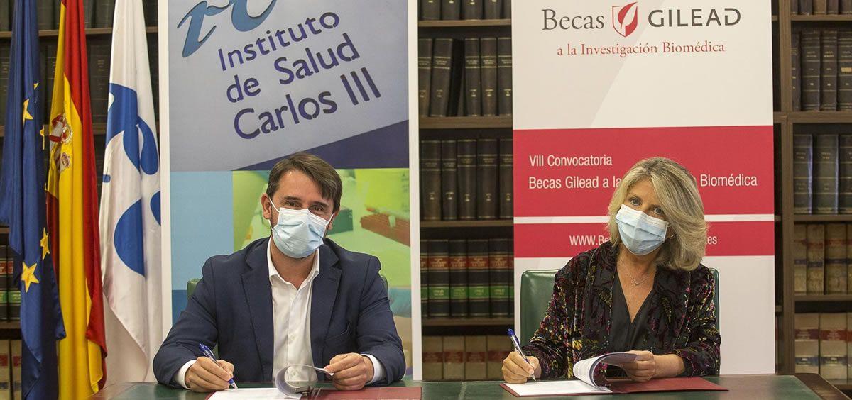 El director general del Instituto de Salud Carlos III (ISCIII), Cristóbal Belda, y la vicepresidenta y directora general de Gilead España, María Río, durante la firma
