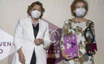Rosa Vázquez, directora de la Unidad Ginecología Gedeon Richter, junto con la premiada Margarita del Val