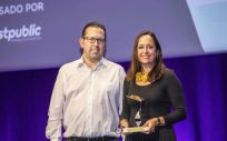 La directora de Comunicación, Márketing y Responsabilidad Social Corporativa (RSC) de Ribera, Angélica Alarcón, recogió el galardón