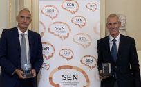 Representantes de BMS y Pfizer con los galardones entregados por la SEN