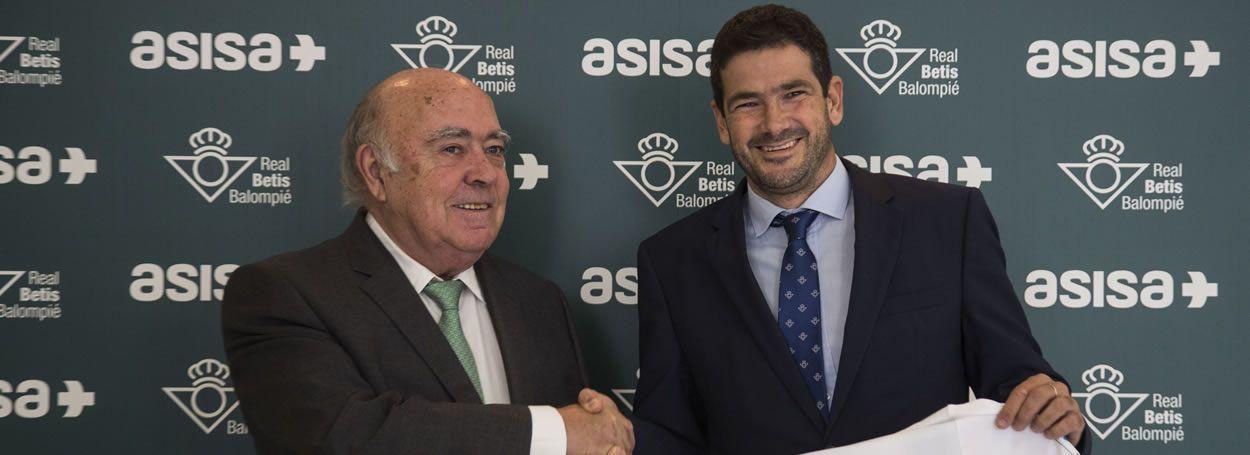 Gregorio Medina, consejero de ASISA Lavinia y delegado de la aseguradora en Sevilla, y Ramón Alarcón, director general de Negocio del Real Betis