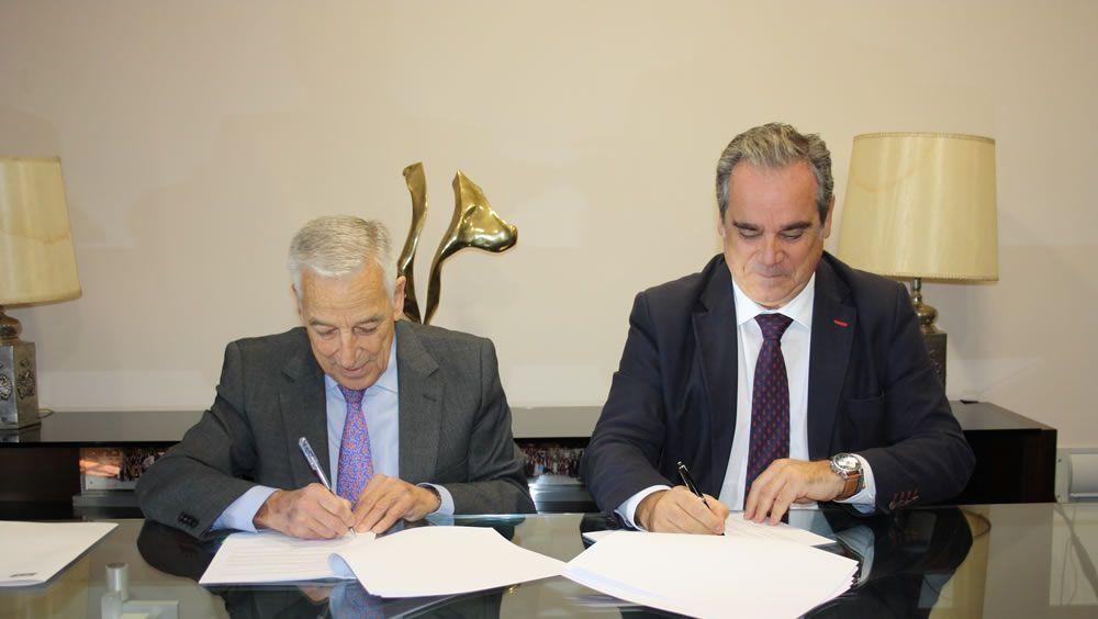 El presidente de PSN, Miguel Carrero, y el presidente del Consejo General de Colegios de Farmacéuticos, Jesús Aguilar