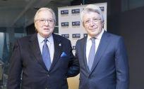 Diego Murillo, presidente de la Fundación A.M.A.; y Enrique Cerezo, presidente del Atlético de Madrid.