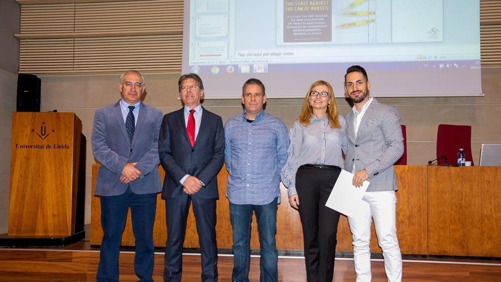 Fidel Molina, director de la Cátedra, y el doctor Xavier Sanuy, gerente de la Clínica HLA Perpetuo Socorro, junto a tres de los premiados.