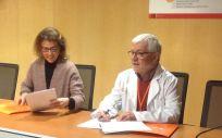 Montserrat Muñoz Abellaneda, directora general de Nutricia y  Àngel Vidal Milla, director adjunto del Instituto Catalán de Oncología durante la firma.
