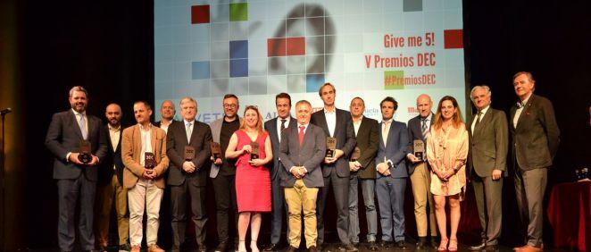 El consejero delegado de Asisa, Enrique de Porres, junto al resto de los galardonados en la quinta edición de los Premios DEC.