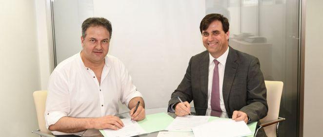 Luis Ignacio Cacho, presidente de la Fundación Promete y Roberto Ramírez Parenteau, delegado de Asisa en Guadalajara, durante la firma del convenio