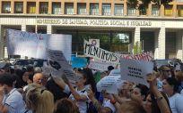 Escándalo iDental: cientos de afectados de toda España se manifiestan frente al Ministerio de Sanidad.