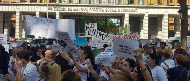 Cientos de afectados de iDental frente al Ministerio de Sanidad.