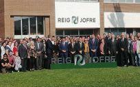 Trabajadores de Reig Jofre junto a los niembros del gobierno regional y nacional durante la inauguración de la ampliación de la planta de Toledo