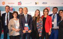 Jaime Ortiz, director Comercial y Marketing de Asisa, junto a los equipos de Atención al Cliente, Gestión de Clientes y Asisa Virtual, tras recoger el premio.