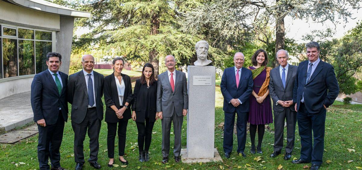 El jurado de los premios Asisa UAM junto a los premiados en la edición 2017 y la doctora Paloma Navas, ponente en el acto de entrega de los premios.