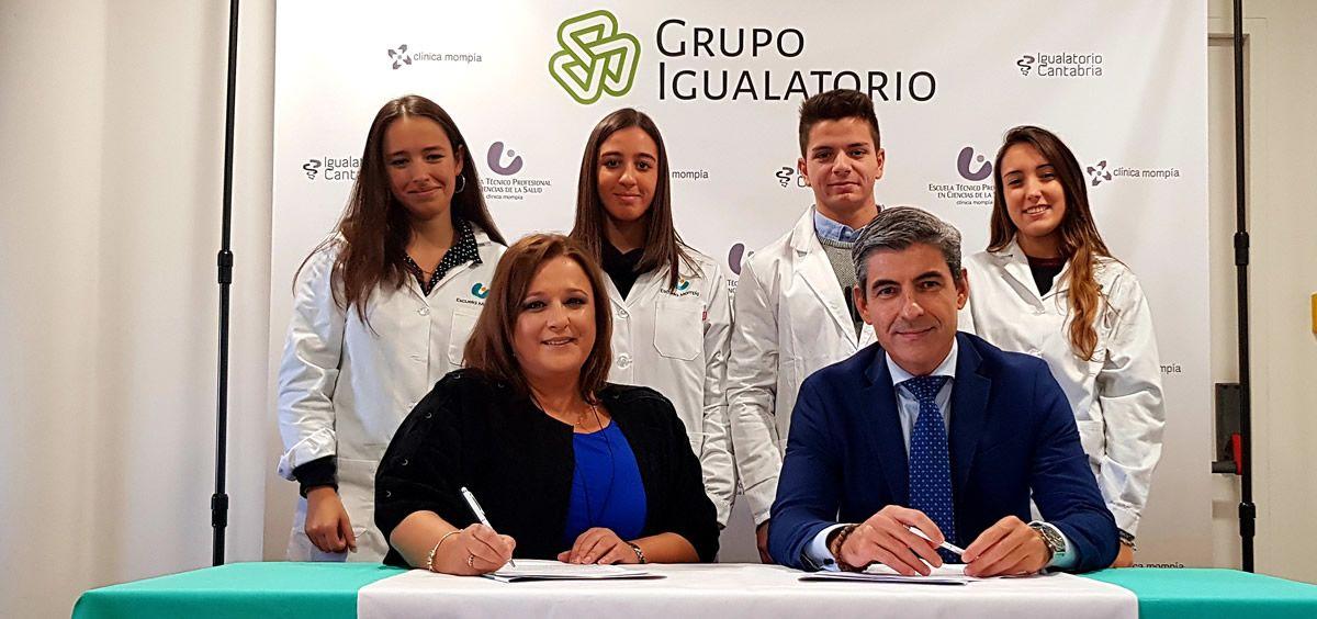De izq. a dcha.: María Inés Vidal, delegada de Oximesa en Cantabria; y Pedro Corral, director general del Grupo Igualatorio, durante la firma del convenio.