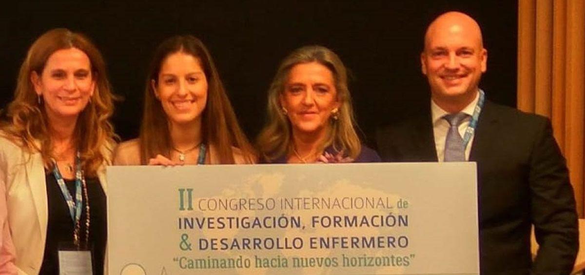 Eduardo García, market manager de la división de Ostomía de Coloplast, entrega uno de los Premios de Fin de Grado y de Trabajo de Fin de Máster.