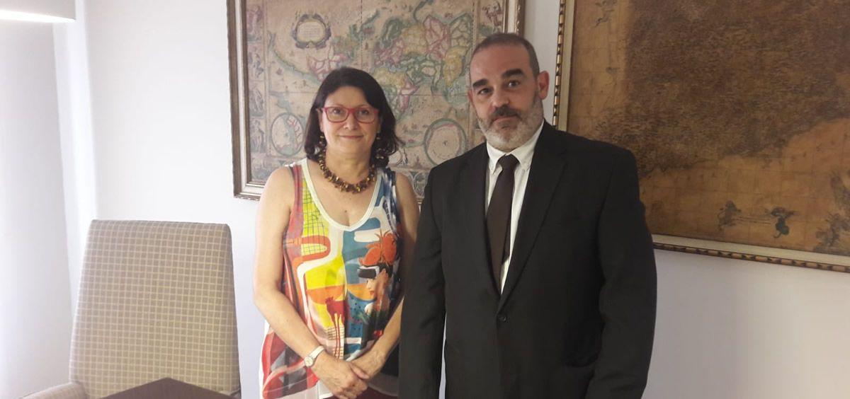 De izq. a dcha.: Carmen López Burillo, presidenta del Colegio de Veterinarios de Lérida; y Joan Ramírez, director de oficina de PSN.