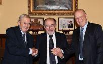 Manuel Soria, director general médico de Asisa; Joaquín Poch Broto, presidente de la Real Academia Nacional de Medicina de España; y Francisco Ivorra, presidente de Fundación Asisa tras la firma del acuerdo.