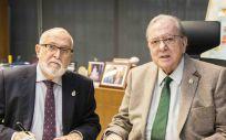 De izq. a dcha., Juan Antonio Repetto, presidente del Colegio de Médicos de Cádiz; y Diego Murillo, presidente de AMA Vida Seguros y Reaseguros