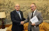 De izq. a dcha.: el presidente de AMA Vida Seguros y Reaseguros, Diego Murillo; y el presidente del Colegio de Médicos de Lugo, Manuel Boquete.
